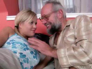Vectēvs un pusaudze having jautrība un karstās sekss