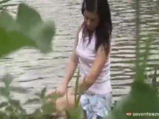 Juridisks vecums teenagerage meitene iekšā the laiva