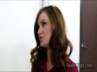 Adembenemend brunette babe babe lily carter fucks met haar leraar voor een beter graad