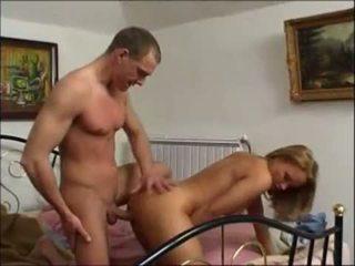Blondine vrouw drains haar lover's ballen
