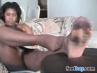 Melnādainas sieviete ar milzīgs pēdas uz nylons
