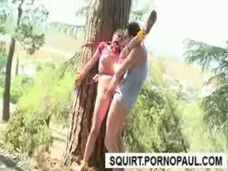 Tied līdz a koks till viņa squirts no vāvere