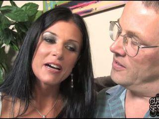 Sieva goes melnas uz priekšējais no viņai kukolds vīrs