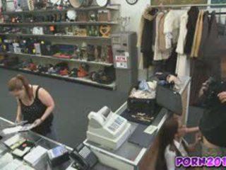 Evelyn vir em torno de o counter e chupar meu pila