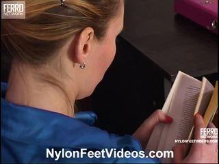 Isabella en bertram mindblowing kniekousen voeten actie