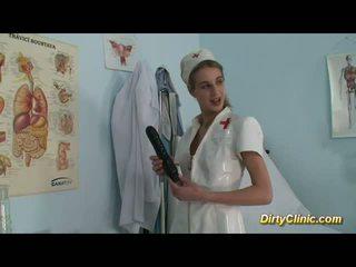 Schattig verpleegster loves dildo en lul voor een echt orgasme