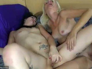 Oldnanny lesbisch rijpere en lesbisch tiener is masturberen met sextoy