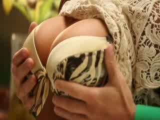 Groot tieten milf pornoster madison ivy heet en sensueel keuken seks