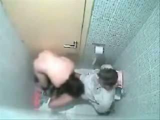 Như cô tìm thấy anh ta pooping trong các wc cô climbed trong của anh ấy lap và được