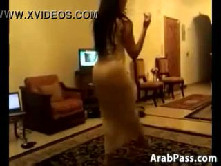 シャイ arab 女性 ダンス 周りに a 部屋