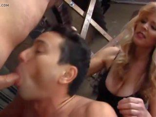 Blondine meesteres en two biseksueel slaves, porno b1