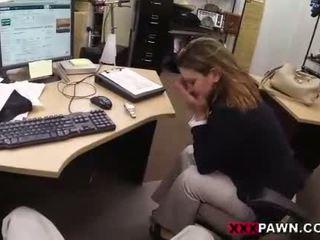 Foxy businesslady gets baisée