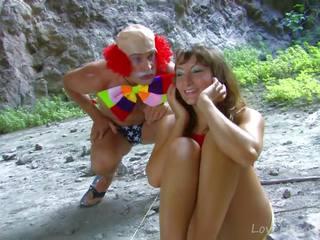 Gjoksmadhe vogëlushe gets fucked nga klloun outdoors, porno 34