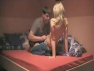 Francūzieši blondie meitene ar liels dibens rides viņai bf par the gulta