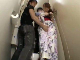 Verlegen tiener grope en ravished op school- toilet