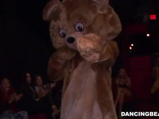 Dansing strippers recieves gruppe blowjob