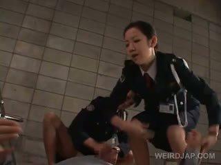 Vies aziatisch politie vrouwen rubbing een convicts geil piemel