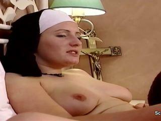 Allemand nonne obtenir son première baise à partir de repairman en kloster