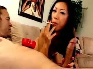 Chesty asiatique chienne dia zerva smokes et gives pipe