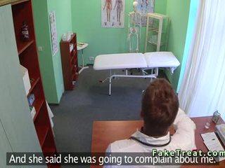 Dokter licks en fucks patiënt in an kantoor