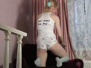 Sexy blondine smiles als ze strips en masturbates