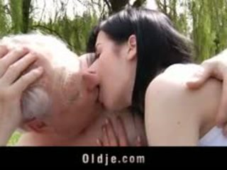 Vášnivý starý a mladý souložit a ústní pohlaví venkovní
