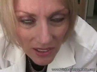 Méchant sexy gilf docteur