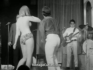 Garas blondīne ar liels krūtis dejošas