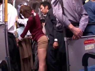 若い collegegirl reluctant 公共 バス オーガズム