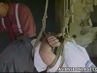 Sexy weinig aziatisch meisje gets tied omhoog en teased door haar partner