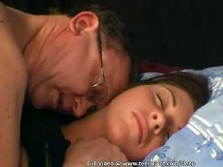 Ado baisée tandis que sommeil