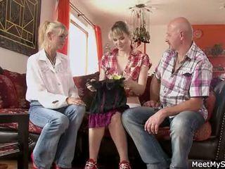 Kuuma äiti ja isä ( parents) tehdä niiden tytär alaston ja olla seksi