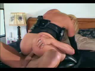 Sexy blondine female agent in uniform en latex handschoenen neuken een guy