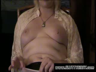 Blondie crossdresser alice menunjukkan payudara