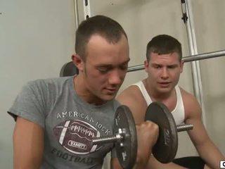 Kirk cummings seduces seine buddy im die fitnesscenter