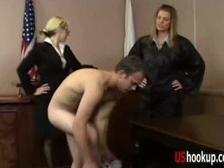 Tiesnesis femdom apģērbta sievete kails vīrietis dāma pērieni