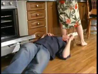 ロシア ママ と a 若い plumber