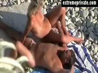 Mijn mam en lover voyeured op naakt strand
