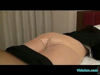 Buah dada besar gadis di stoking getting undressed sementara tidur alat kemaluan wanita licked dan fingered di itu tempat tidur