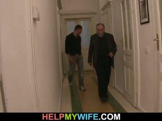 Vecs vīrietis pays viņam līdz jāšanās viņa jauns sieva