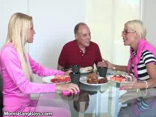 Blondine babe gets poesje eaten door boyfriend