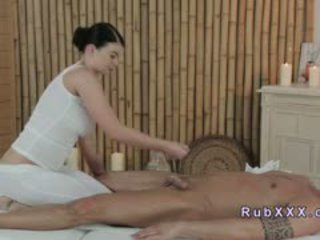 Buah dada besar masseuse giving kaki pijat till puncak syahwat