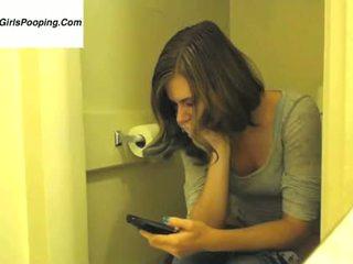 Linda chica caga mientras revisa el mail