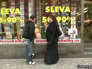 Mollig boekenwurm teef gets pounded door een stranger