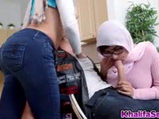 Arab muslim bước đi mẹ và bước đi con gái trong điều cấm kỵ có ba người