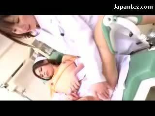 Sjuksköterska kysser getting bondaged bröstvårtor och fittor rubbed av den doktorn på den stol i den hospital