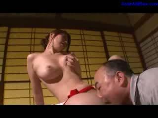 Heiß milf masturbieren getting sie haarig muschi licked und fingered von ehemann auf die tisch im die zimmer