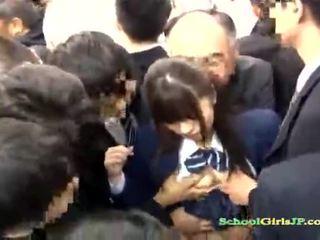 Aziatisch schoolmeisje gets haar gezicht bende banged in een bus