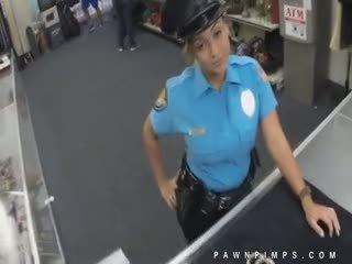 Reāls policists moonlights kā ho par pawn veikals