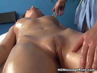 Rubia arpía enjoys sexy masaje session